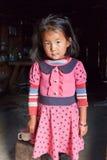 尼泊尔小女孩在典型的尼泊尔厨房里 库存图片
