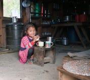 尼泊尔小女孩在典型的尼泊尔厨房里 免版税库存照片