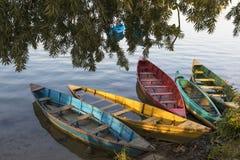 尼泊尔小船在phewa湖尼泊尔 免版税图库摄影