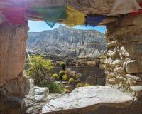 尼泊尔村庄通过窗口 免版税库存照片