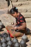 尼泊尔瓦器妇女 免版税库存照片