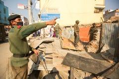 尼泊尔警察在住宅贫民窟的爆破的操作时,在加德满都,尼泊尔 免版税图库摄影