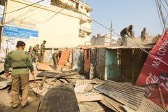 尼泊尔警察在住宅贫民窟的爆破的操作时,在加德满都,尼泊尔 库存照片