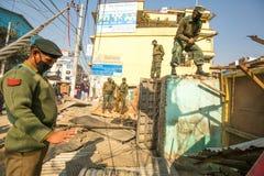 尼泊尔警察在住宅贫民窟的爆破的操作时,在加德满都,尼泊尔 库存图片
