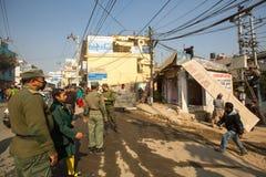 尼泊尔警察在住宅贫民窟的爆破的操作时 库存图片