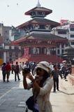 尼泊尔走在Basantapur Durbar的人民和旅客摆正 免版税库存照片
