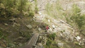 尼泊尔迁徙的背包徒步旅行者在Manaclu山附近 股票录像