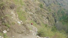 尼泊尔道路的背包徒步旅行者在马纳斯卢峰山附近 股票视频