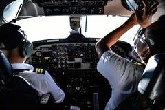尼泊尔飞行员为飞行做准备 库存图片