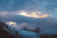 尼泊尔-与光束的阴云密布在喜马拉雅山 免版税库存图片