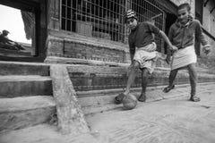 尼泊尔-在教训以后的儿童游戏橄榄球在Jagadguru学校 免版税库存照片