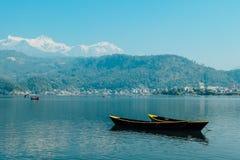 尼泊尔-在Phewa湖,博克拉的小船 免版税库存图片