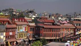 尼泊尔- 2018年11月11日:正方形用咖啡馆和餐馆在Boudhanath Stupa旁边在加德满都 股票录像