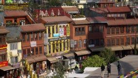 尼泊尔- 2018年11月11日:正方形用咖啡馆和餐馆在Boudhanath Stupa旁边在加德满都 影视素材