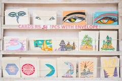 尼泊尔- 2016年12月23日: :出售的明信片在纪念品店 图库摄影