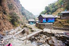 尼泊尔- 2016年12月24日: :旅行家的地方小屋moun的 库存照片