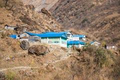 尼泊尔- 2016年12月24日: :旅行家的地方小屋moun的 库存图片