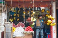 尼泊尔2017年12月23日: :果子商店在加德满都镇 库存照片