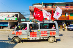 尼泊尔2017次竞选Maoist Party范Flags 免版税库存图片