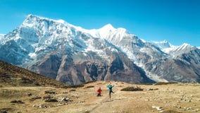 尼泊尔-迁徙在安纳布尔纳峰电路的夫妇 图库摄影