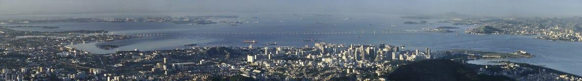 尼泰罗伊桥梁,里约热内卢,巴西全景  免版税图库摄影