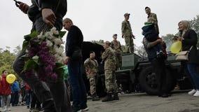 尼科波尔,乌克兰- 2019年5月,9日:乌克兰军方烹调战士的粥并且对待人对它在游行以纪念比克 股票视频