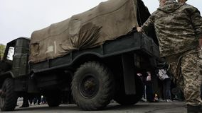 尼科波尔,乌克兰- 2019年5月:乌克兰军方是关于军车'博格丹' 股票视频