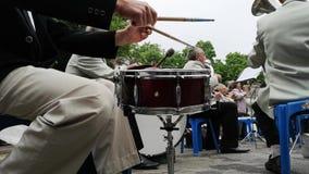 尼科波尔,乌克兰- 2019年5月:乐队演奏老人的军事歌曲在街道上 5月9日假日,天胜利 股票录像