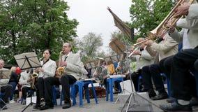 尼科波尔,乌克兰- 2019年5月:乐队演奏老人的军事歌曲在街道上 5月9日假日,天胜利 股票视频