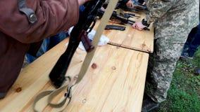 尼科波尔,乌克兰- 2019年5月:军事教平民有一阵子装配卡拉什尼科夫机枪 军事训练 影视素材