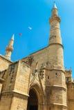 尼科西亚,北赛普勒斯土耳其共和国- 2014年5月30日:在前Selimiye的清真寺的看法 St索菲娅土耳其的大教堂和旗子 库存图片