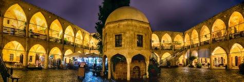 尼科西亚,塞浦路斯- 2016年1月, 07 :Buyuk可汗-美术画廊和商店被恢复的caravansarai的多雨晚上 库存图片