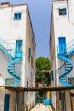 尼科西亚,塞浦路斯- 2014年5月30日:在狭窄的街道和白色房子上的看法有蓝色铁螺线台阶`的 图库摄影