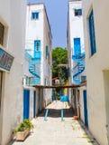 尼科西亚,塞浦路斯- 2014年5月30日:在狭窄的街道和白色房子上的看法有蓝色铁螺线台阶`的 库存图片
