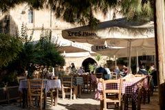 尼科西亚,塞浦路斯- 2015年12月03日:坐在室外r的人们 免版税库存图片