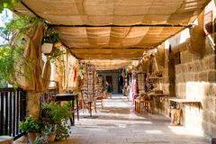 尼科西亚,塞浦路斯- 2015年8月10日:把变成旅游中心与antiq的Buyuk韩(伟大的旅馆)中世纪商队投宿的旅舍 免版税库存照片