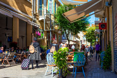 尼科西亚,塞浦路斯- 12月3 :享受在咖啡馆的人们一个夏天在2015年12月3日的Ledra街道在尼科西亚 免版税库存图片