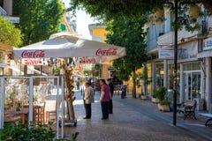 尼科西亚,塞浦路斯- 12月3 :享受在咖啡馆的人们一个夏天 免版税图库摄影