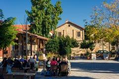 尼科西亚,塞浦路斯- 12月3 :享受在咖啡馆的人们一个夏天 免版税库存图片