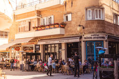 尼科西亚- 4月13 :人们在餐馆和在Faneromenis街道的传统咖啡店2015年4月13日在尼科西亚,塞浦路斯 免版税库存图片