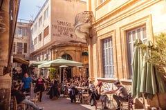 尼科西亚- 4月13 :人们在餐馆和在Ledra街道的传统咖啡店2015年4月13日在尼科西亚,塞浦路斯 Ledr 库存图片