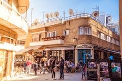 尼科西亚- 4月13 :人们在餐馆和在Ledra街道的传统咖啡店2015年4月13日在尼科西亚,塞浦路斯 Ledr 免版税库存照片