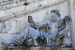尼罗河上帝的古老雕象 库存图片