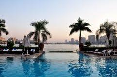 尼罗河的看法从水池和棕榈的 开罗埃及 库存图片