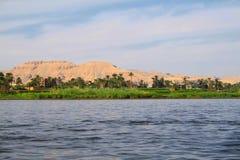 尼罗河的看法和山在卢克索  免版税库存照片
