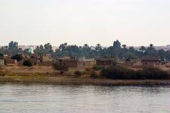 尼罗河,在阿斯旺附近, 2017年2月16日:位于郊区和多孔黏土的河岸和贫穷的解决沙子、砖o 库存照片