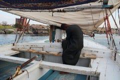 尼罗的回教船员在卢克索,日落的埃及 库存图片