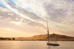 尼罗的航行在卢克索,日落的埃及 库存图片