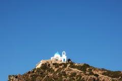 尼西罗斯岛有montain天空和太阳的海岛教会 库存照片
