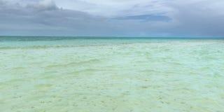 尼龙水池清楚的海水覆盖物珊瑚和白色沙子全景的多巴哥旅游胜地浅深度 图库摄影